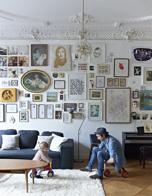You can never have too many pictures on the wall http://www.planete-deco.fr/